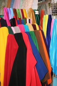Bunte Tücher auf dem Markt