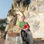 Ayuthaya - Uli und Felix vor liegendem Buddha