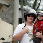 Felix und Uli mit Motorradhelmen