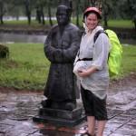 Hue - Das Tu Duc Grab - Iris mit Helm und Regencape