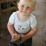 Luca mit Bananenchips