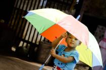Kind mit Schirm