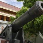 198-Kanonen_vor_dem_Königspalast