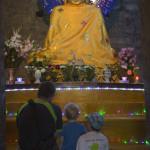 Vor Buddha kniend