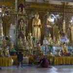 Haupthalle mit Buddhas