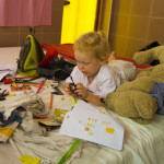 Luca spielt im Zimmer