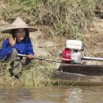 Frau am Fluss