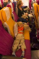 Schlafend im Flugzeug